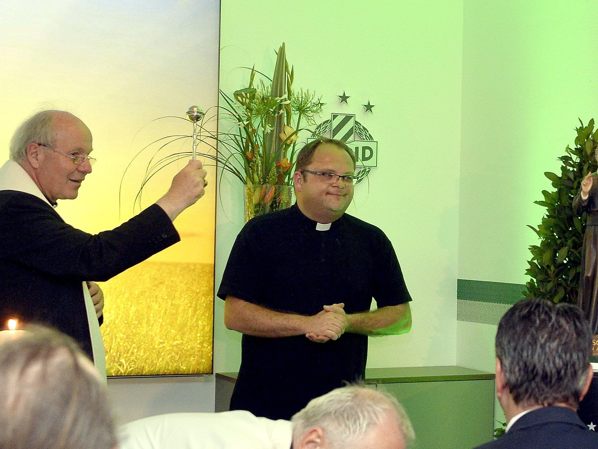 Kardinal Christoph Schönborn und Pfarrer Christoph Pelczar bei der Eröffnung des Andachtsraums im neuen Rapid-Stadion.