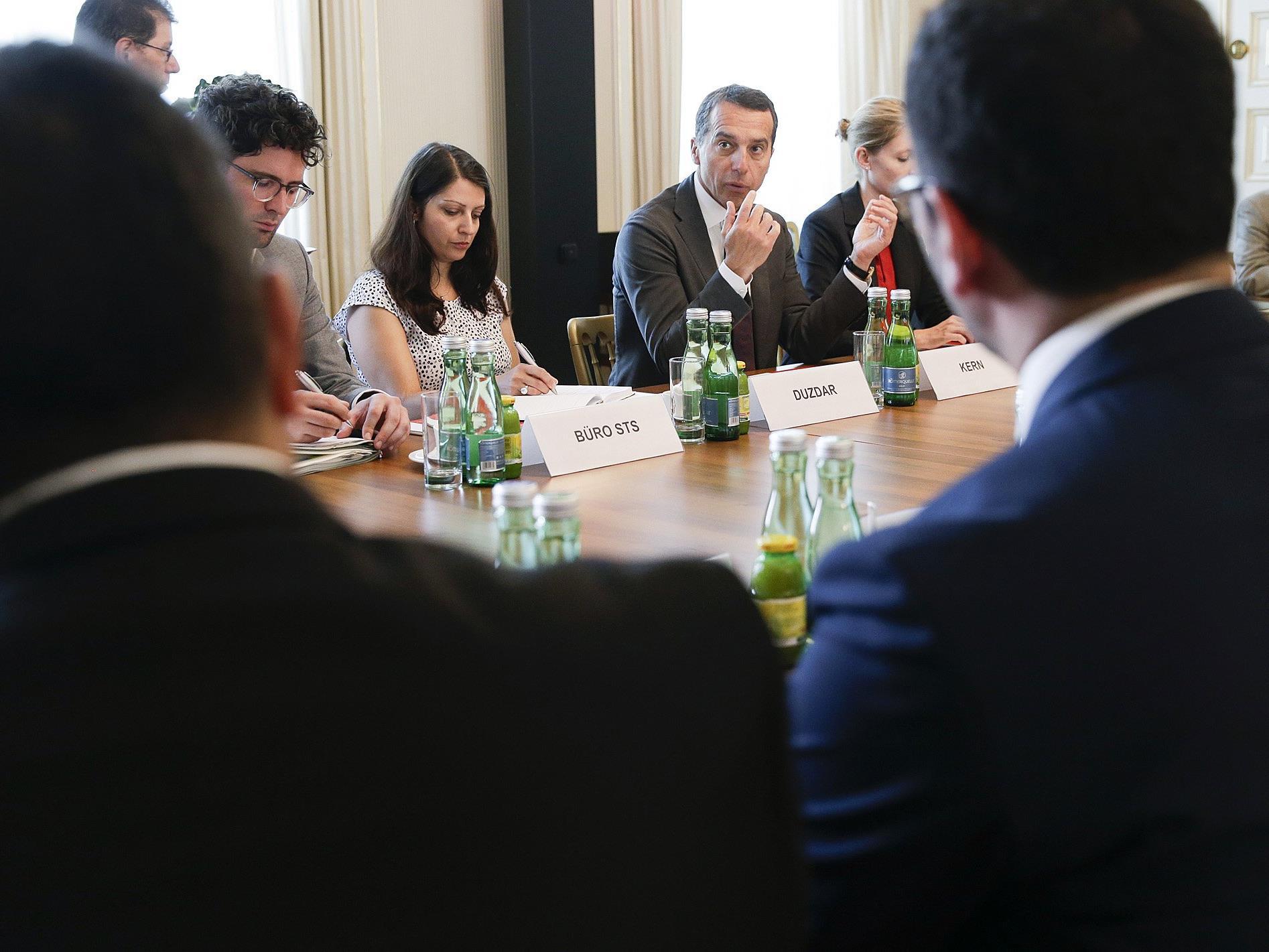Bei einem Treffen mit Vertretern der Islamische Glaubensgemeinschaft spricht Kanzler Kern über die Zustände in der Türkei