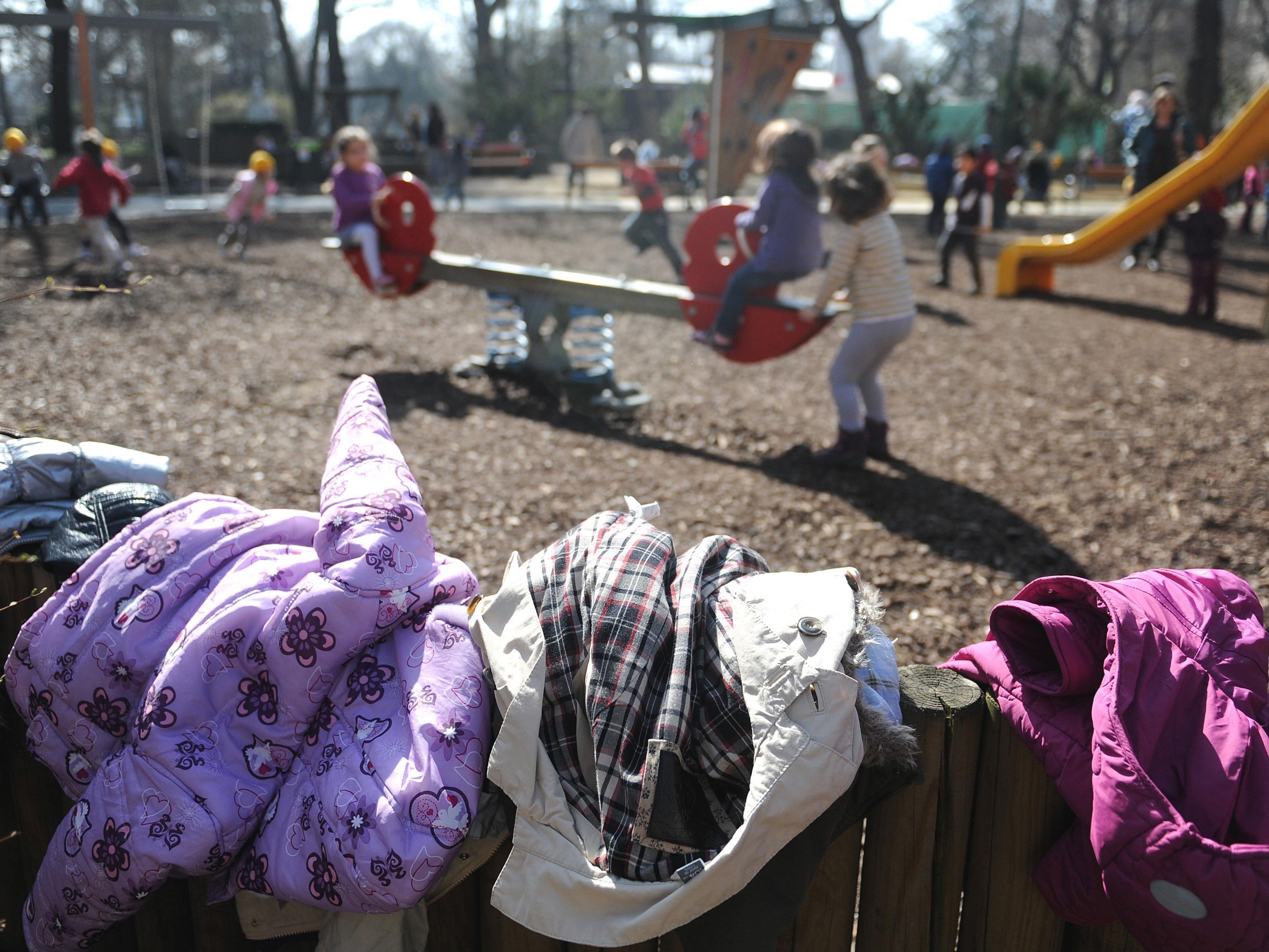 Der Mann onanierte, während er die Kinder am Spielplatz beobachtete.
