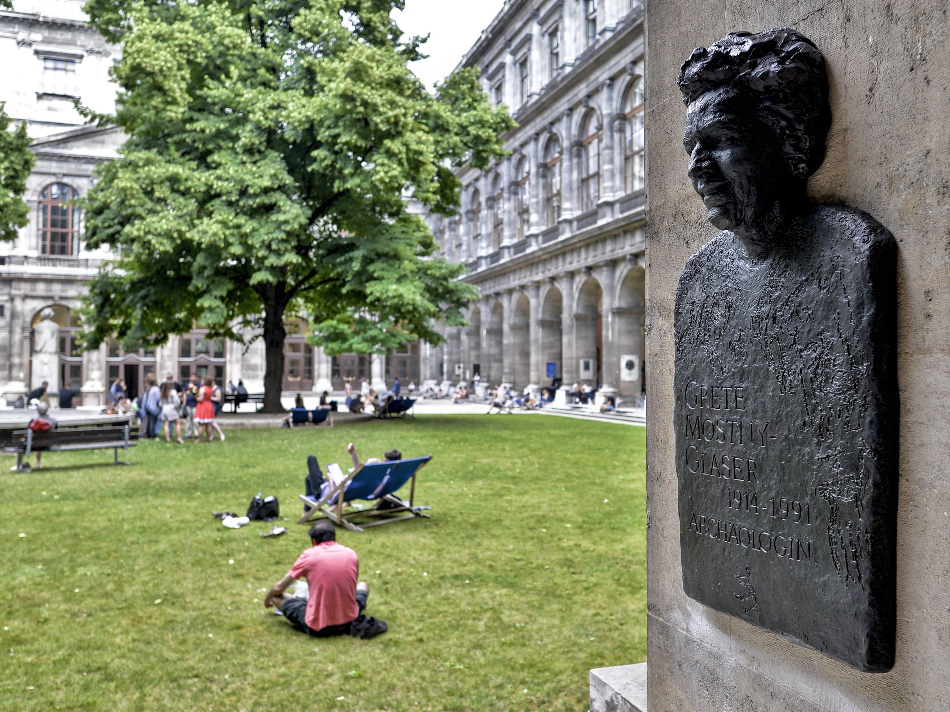 Im Hof der Uni Wien sind nun auch Denkmäler für 7 Forscherinnen