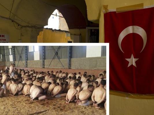 Fast komplett entkleidete Häftlinge, die nach dem gescheiterten Putschversuch in der Türkei inhaftiert wurden.
