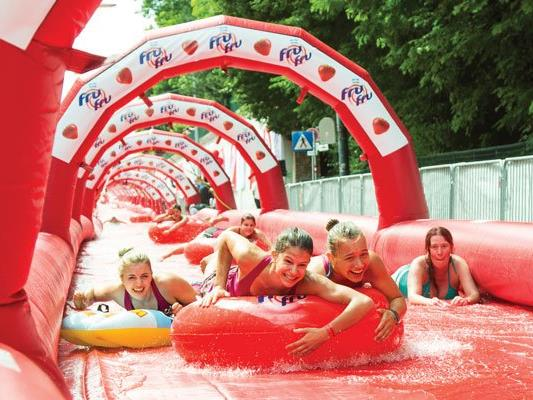 Rekordverdächtige 10.000 Besucher rutschten auf der längsten Wasserrutsche Österreichs.