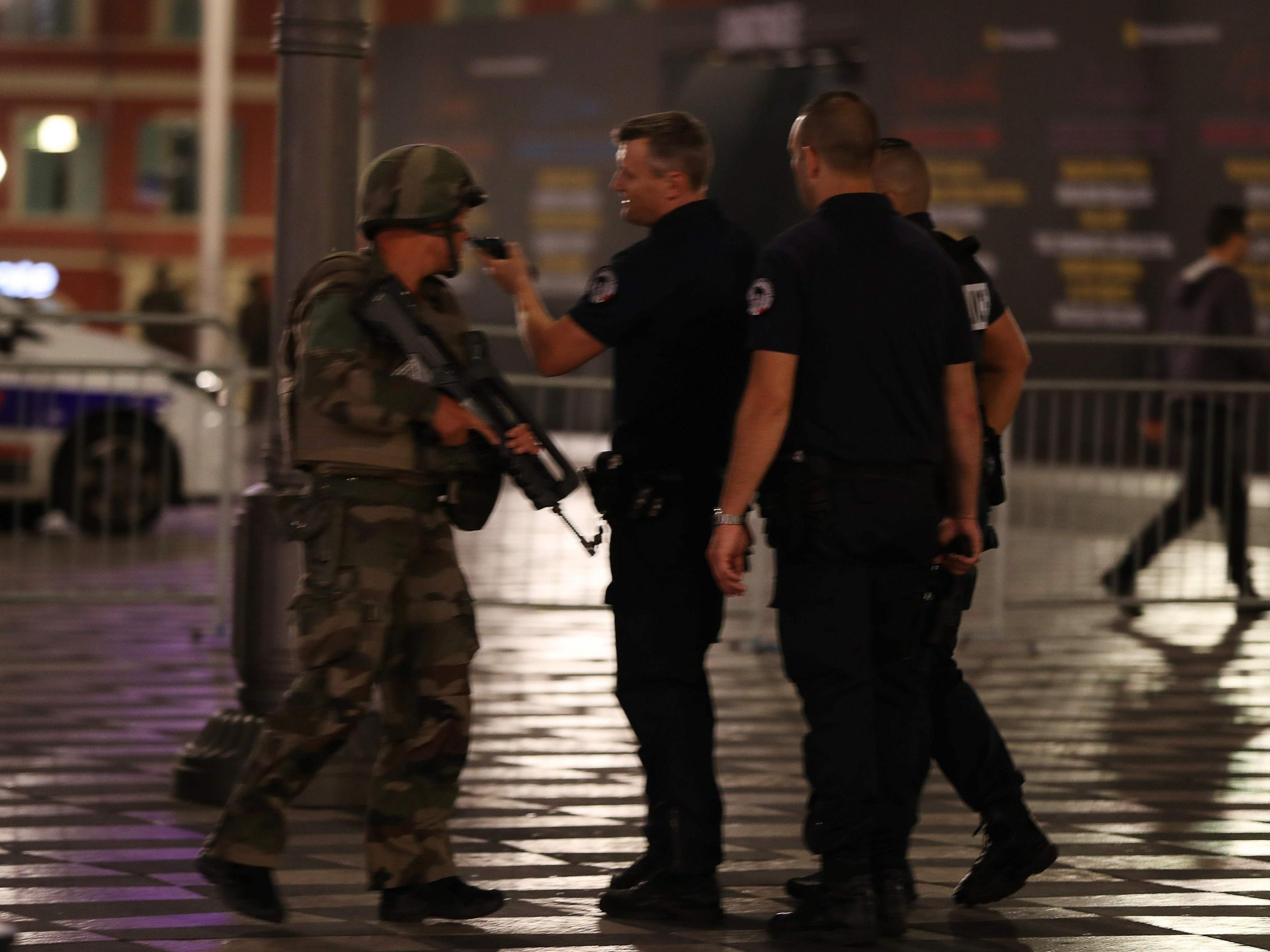 Frankreichs Sicherheitskabinett tagt mit Hollande.