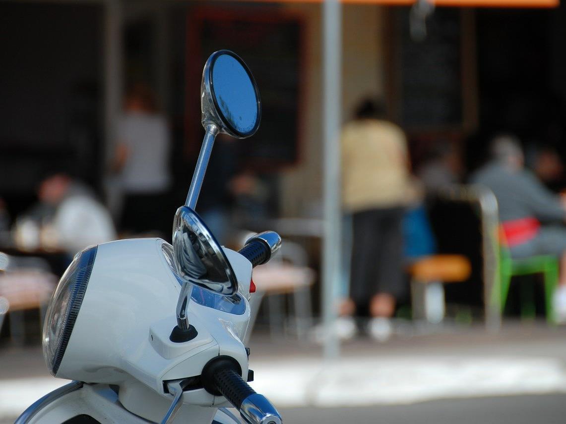 Der Mopedfahrer brach sich bei dem Unfall den Arm.