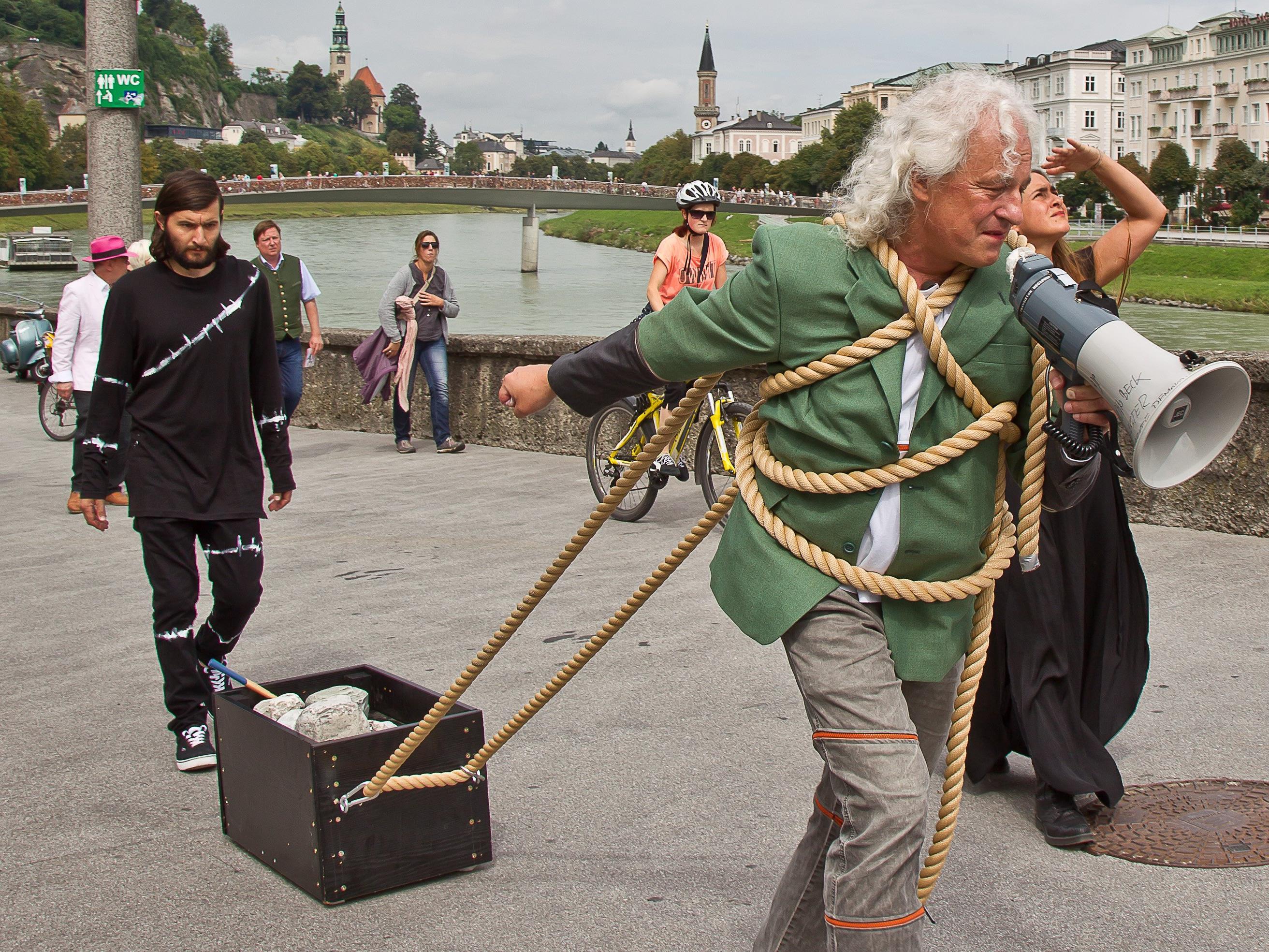 Eine Kunst-Performance fand am Freitag beim Markartsteg statt.