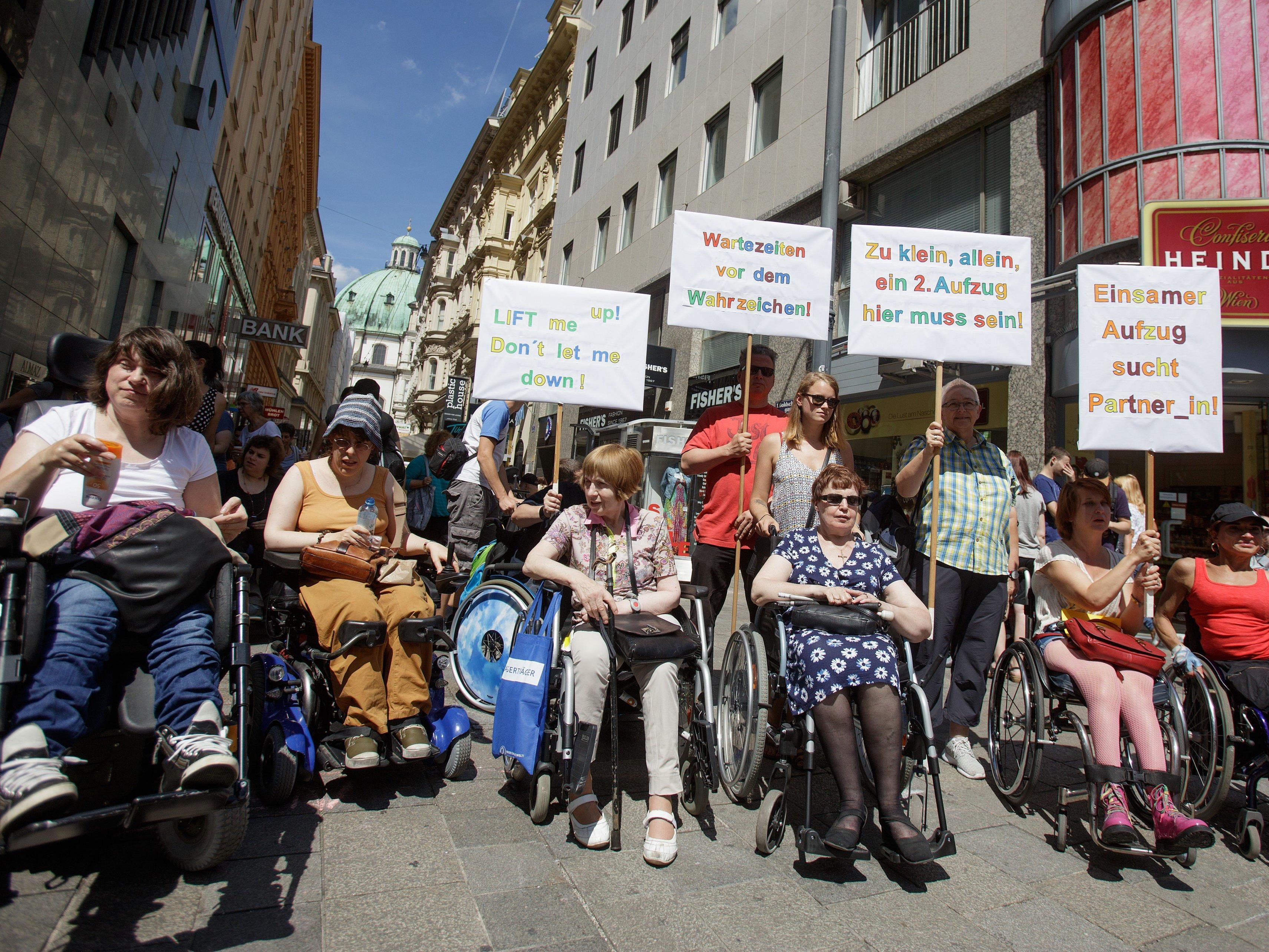 Für 2. Lift: Rollstuhl-Protest am Stephansplatz - YouTube