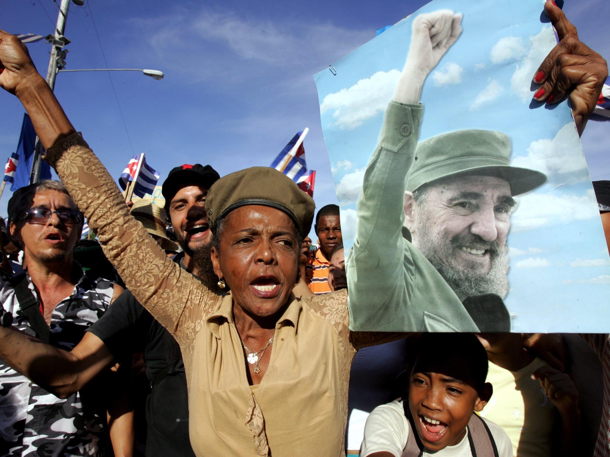 Er trotzt in seiner Amtszeit zehn US-Präsidenten, installiert ein sozialistisches Regime direkt vor der Haustür des Erzfeindes, überlebt angeblich über 600 Mordanschläge. Heute wird Castro 90 Jahre alt.