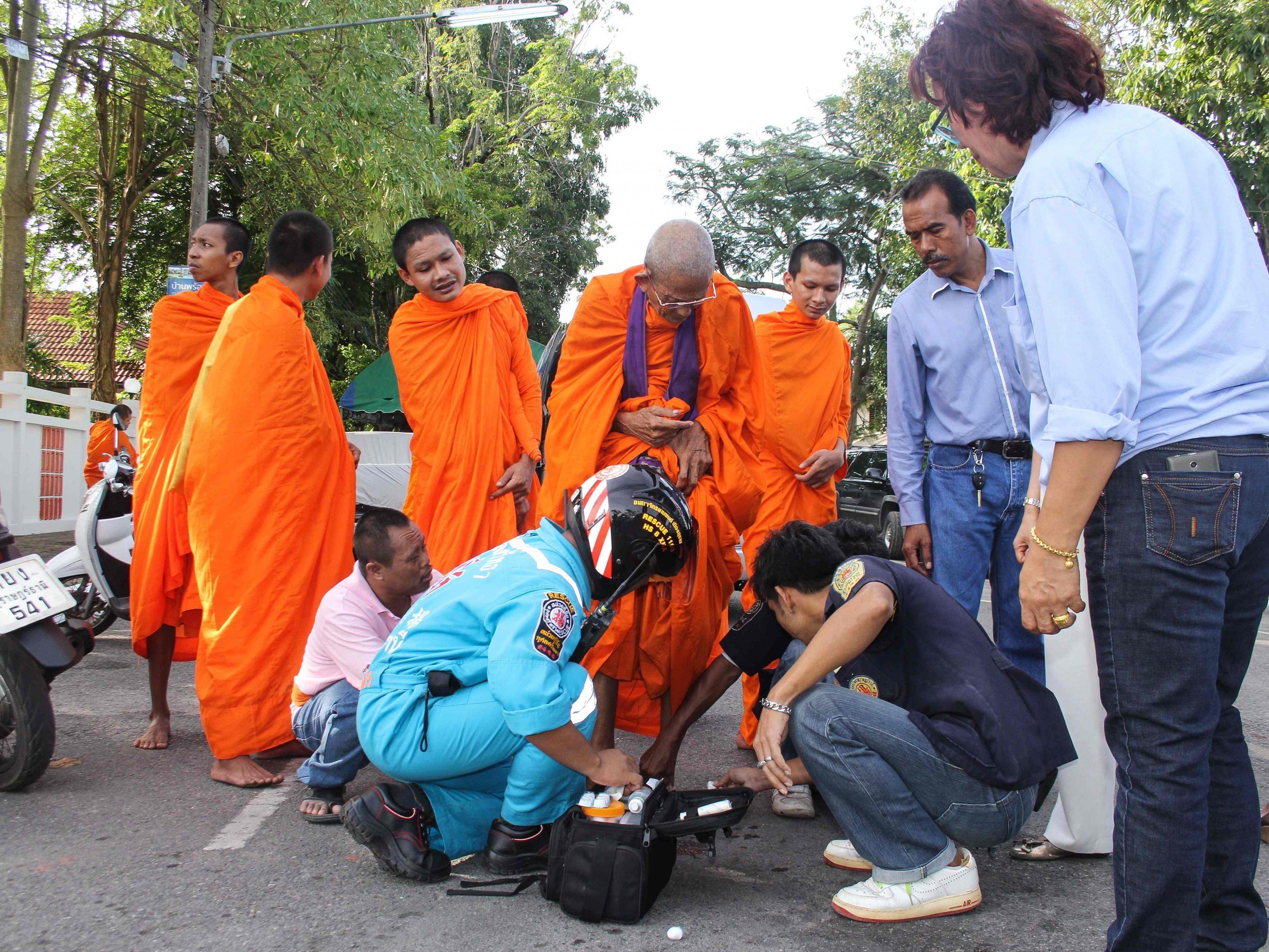 Nach der Serie von Bombenexplosionen am Donnerstag und Freitag hat die thailändische Polizei laut Medienberichten zwei Männer festgenommen.