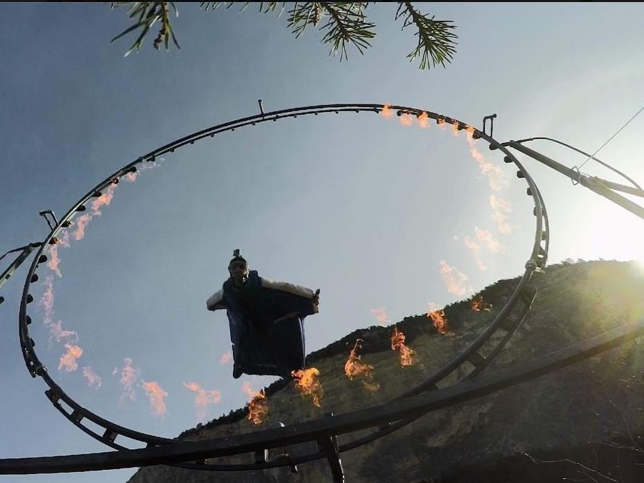 Durch Stunts wie den Flug durch einen Feuerring wurde Emanuele bekannt