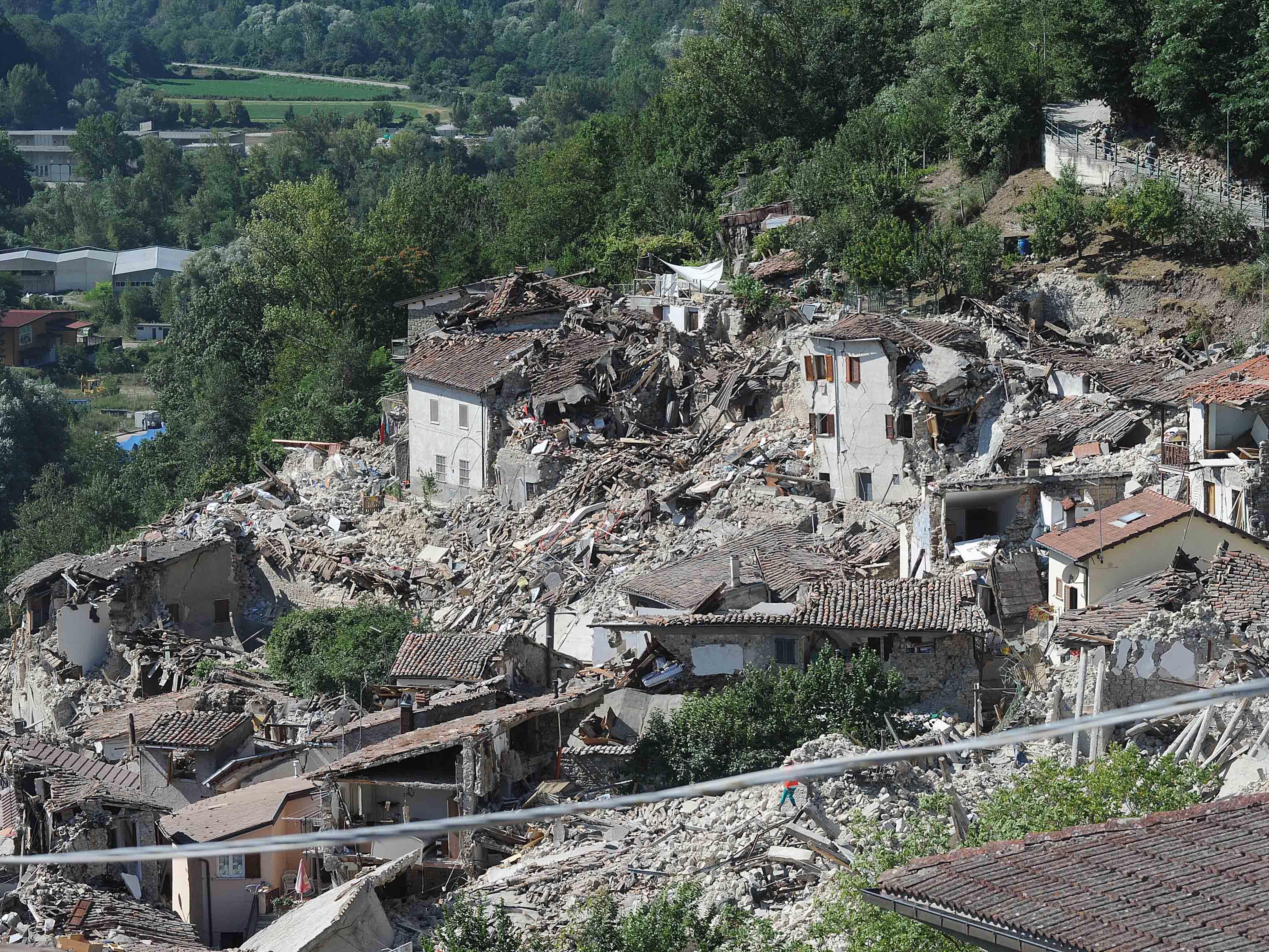 Bei dem verheerenden Erdbeben in Iatlien starben nach offiziellen Angaben mindestens 247 Menschen.
