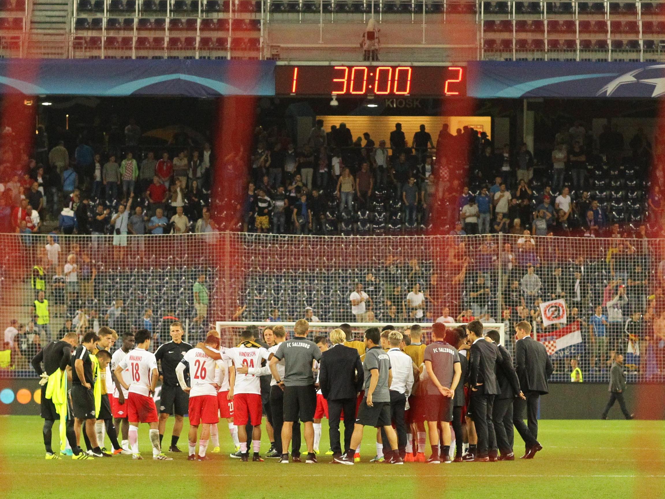 Die Mannschaft von FC Red Bull Salzburg nach dem UEFA-Champions-League-Qualifikationsspiel Red Bull Salzburg gegen Dinamo Zagreb.