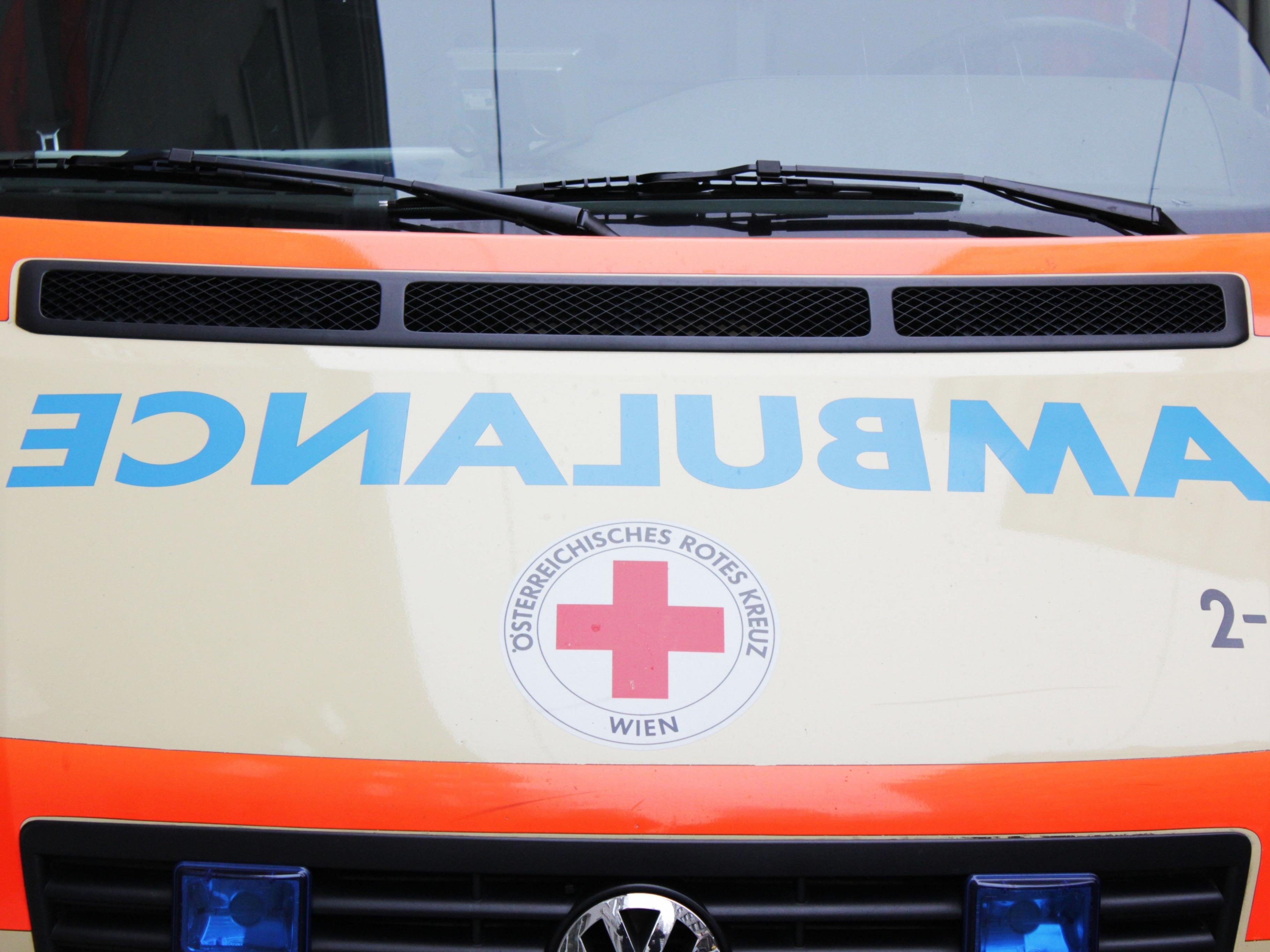 Ein 85-Jähriger prallte in Niederösterreich mit seinem Fahrzeug gegen einen Betonsockel
