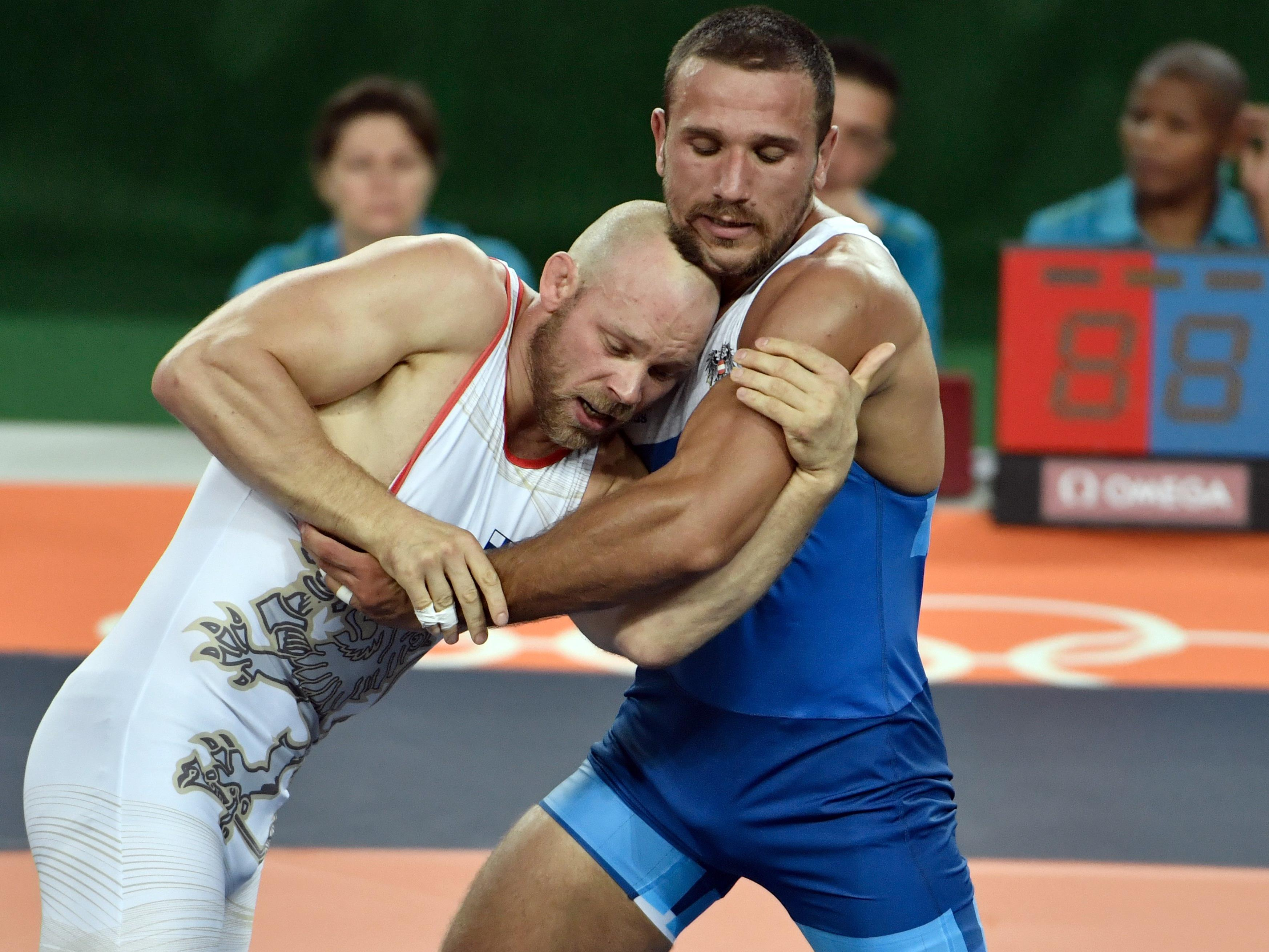 Ringer Amer Hrustanovic (r./AUT) am Montag in Aktion gegen Rami Antero Hietaniemi (FIN) im Rahmen der Olympischen Sommerspiele in Rio de Janeiro.
