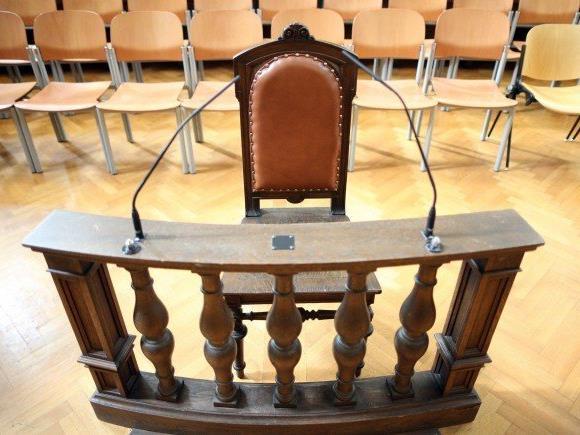 Ein Liedermacher muss sich mit weiteren Angeklagten wegen Wiederbetätigung vor Gericht verantworten