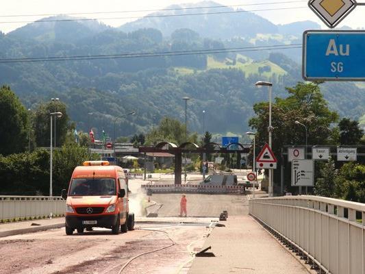 Die Sanierungsarbeiten an der Rheinbrücke am Grenzübergang Lustenau/Au. (Archivbild)