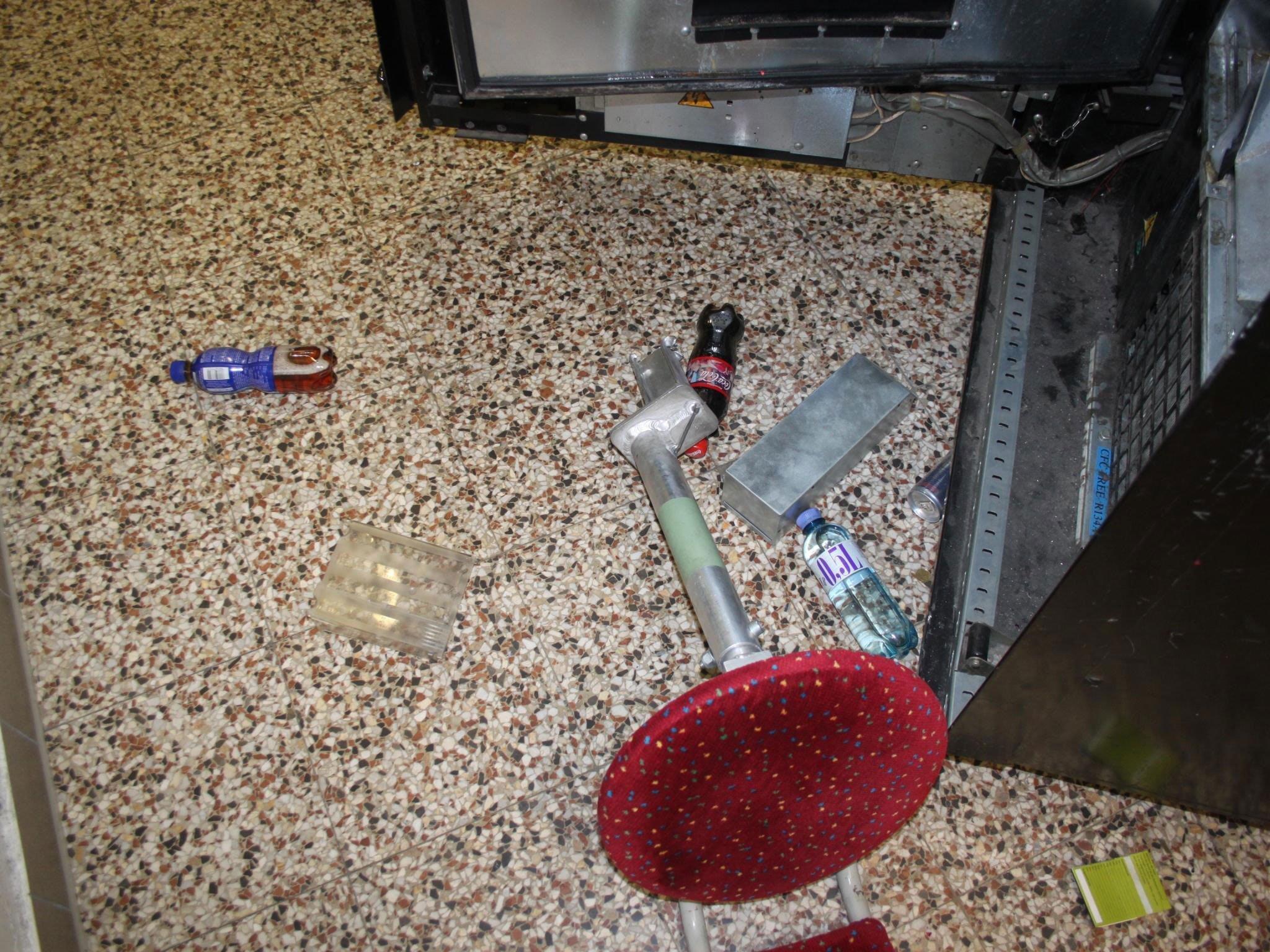 Der Einbrecher brach in dem Wiener Linien-Aufenthaltsraum einen Automaten auf