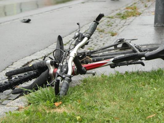 Eine Frau stürzt betrunken mit dem Fahrrad. Ob sie fuhr oder lief, lässt sich nicht beweisen - eine Strafe bleibt ihr nun erspart.
