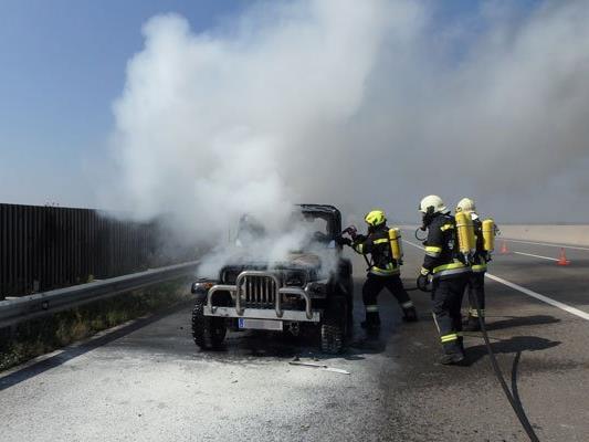 Der Geländewagen brannte komplett aus.