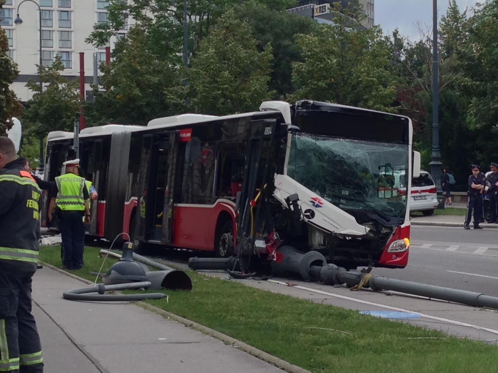 Ein Bus der Linie 74A touchierte mehrere Straßenlaternen in der Wiener Innenstadt.