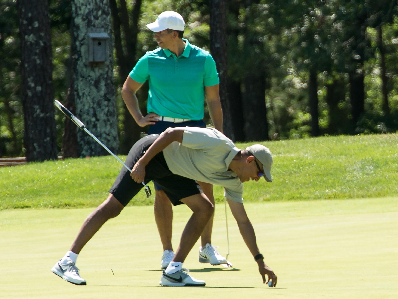 Barack Obama im Urlaub beim Golf spielen.