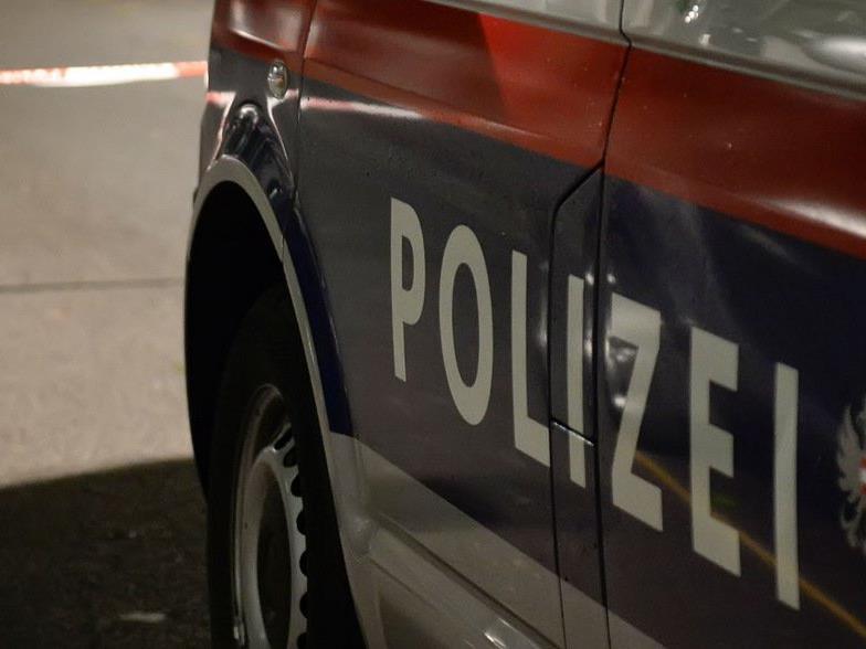 Der Angreifer konnte flüchten, die Polizei fahndet.