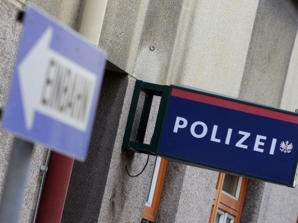 Der Mann begann plötzlich auf der Polizeiwache zu randalieren.