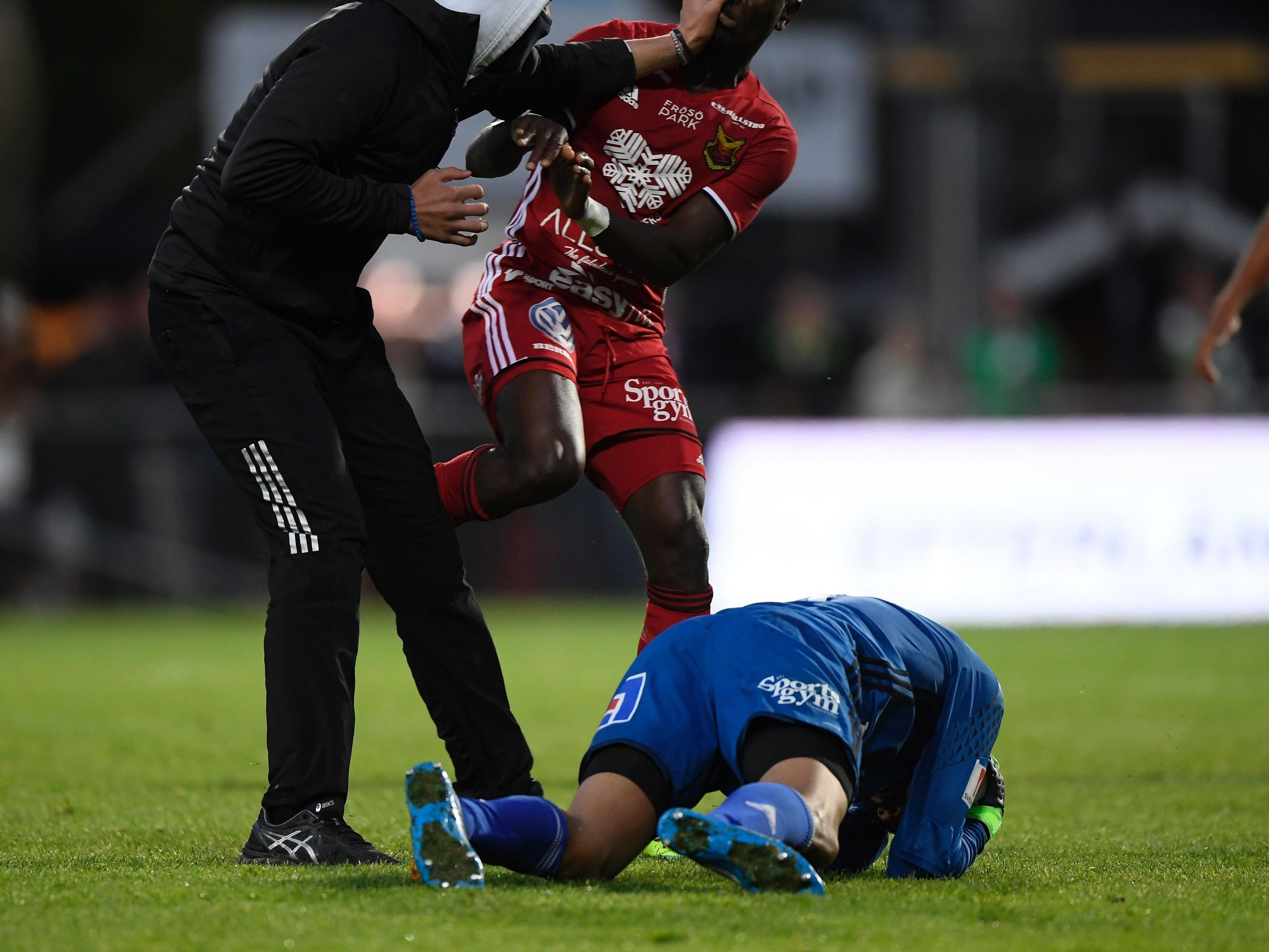 Der Hooligan verpasste Torwart Aly Keita einen Faustschlag.