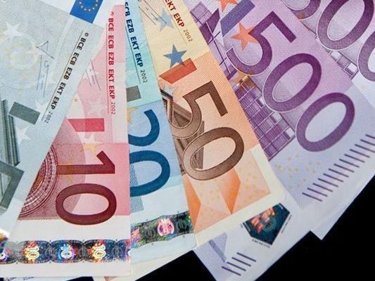 Die Betrüger nahmen der Frau das Geld ab und flüchteten.