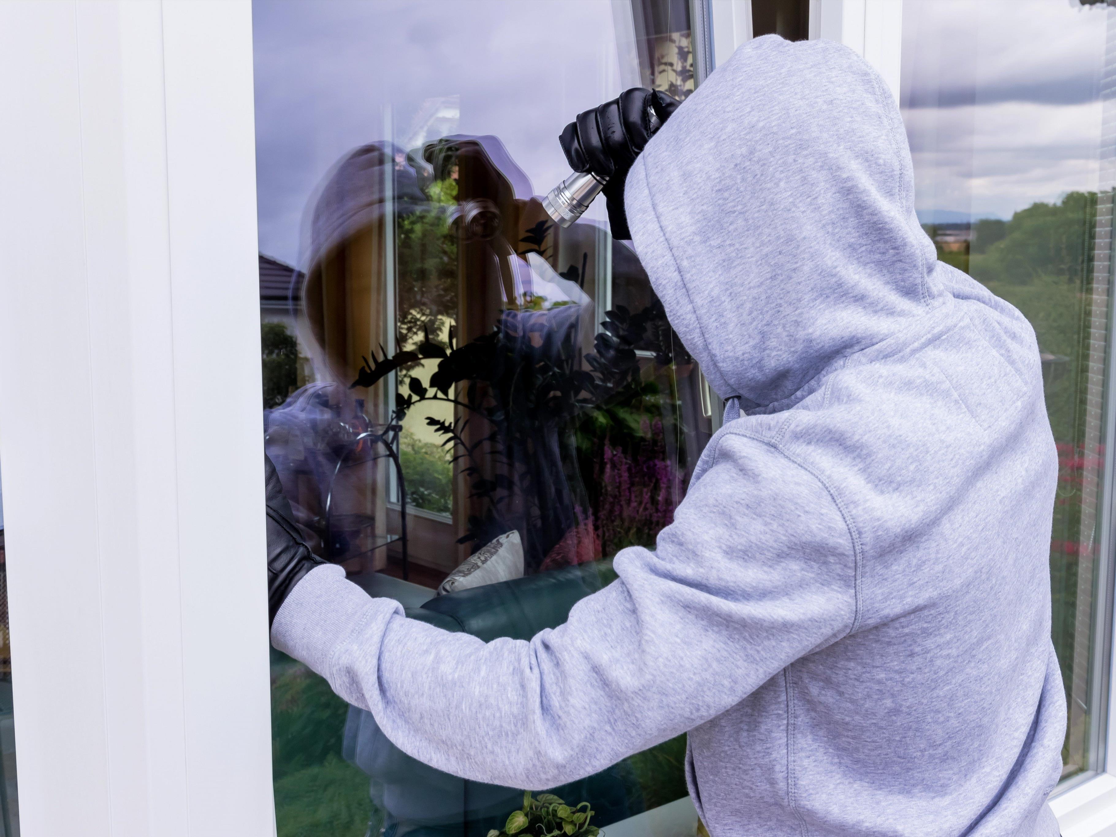 Besonders gekippte Fenster sind leicht zu knacken (Symbolbild).