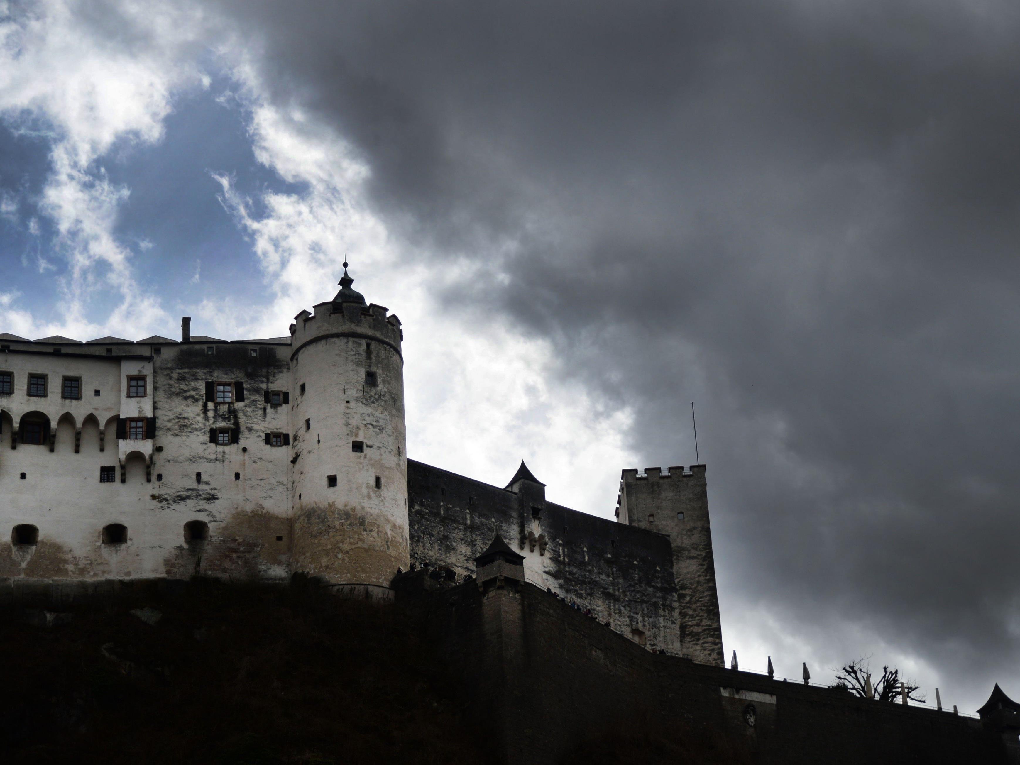 Dunkle Wolken nähern sich Salzburg.
