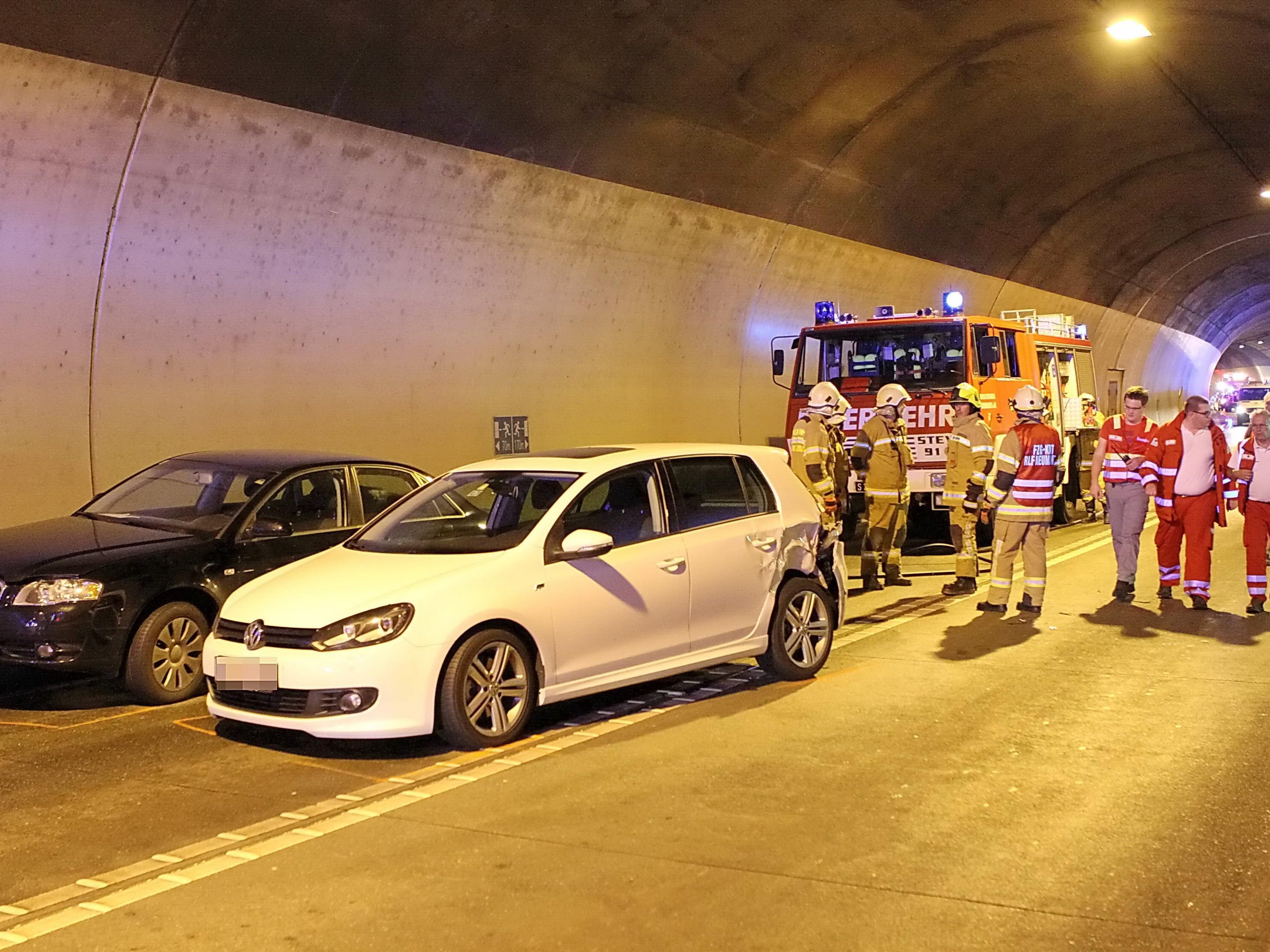 Ein Mensch wurde bei dem Unfall im Henndorfer Tunnel leicht verletzt.