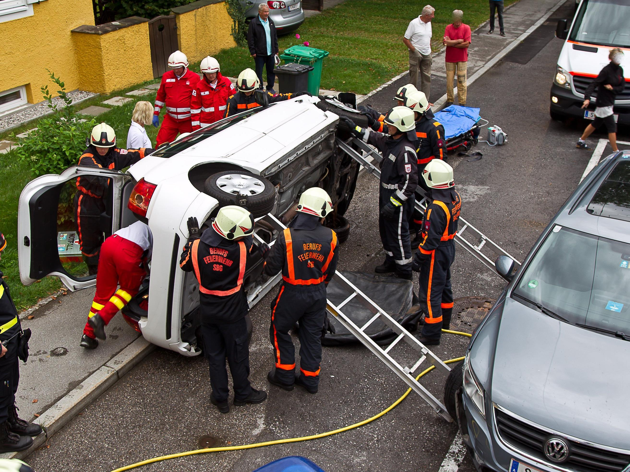 Die Berufsfeuerwehr Salzburg befreite den Mann aus seinem Auto.