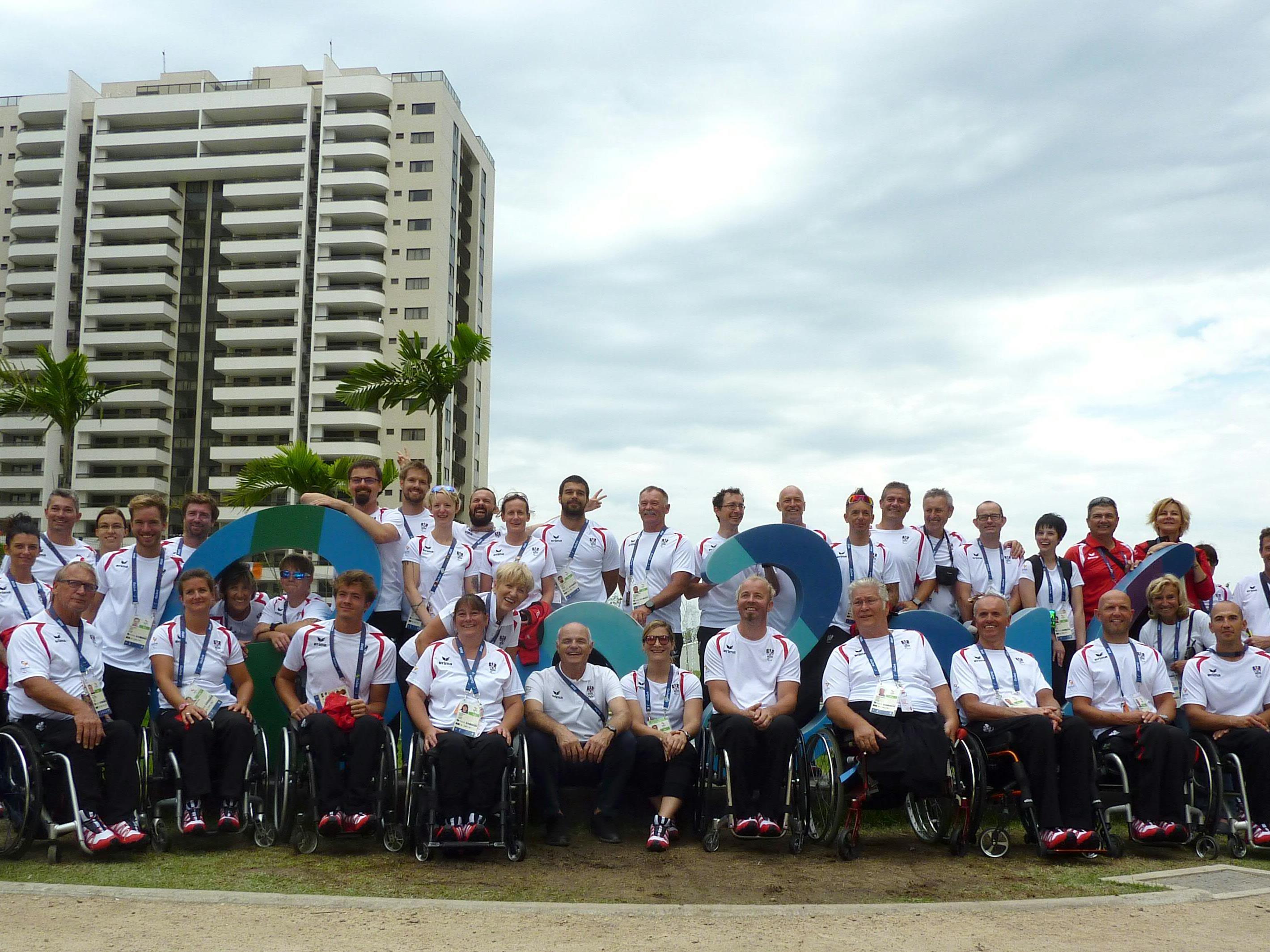 Die Paralympics-Athleten bei ihrer Ankunft in Rio - vorne in der Mitte Salzburgs Geierspichler.