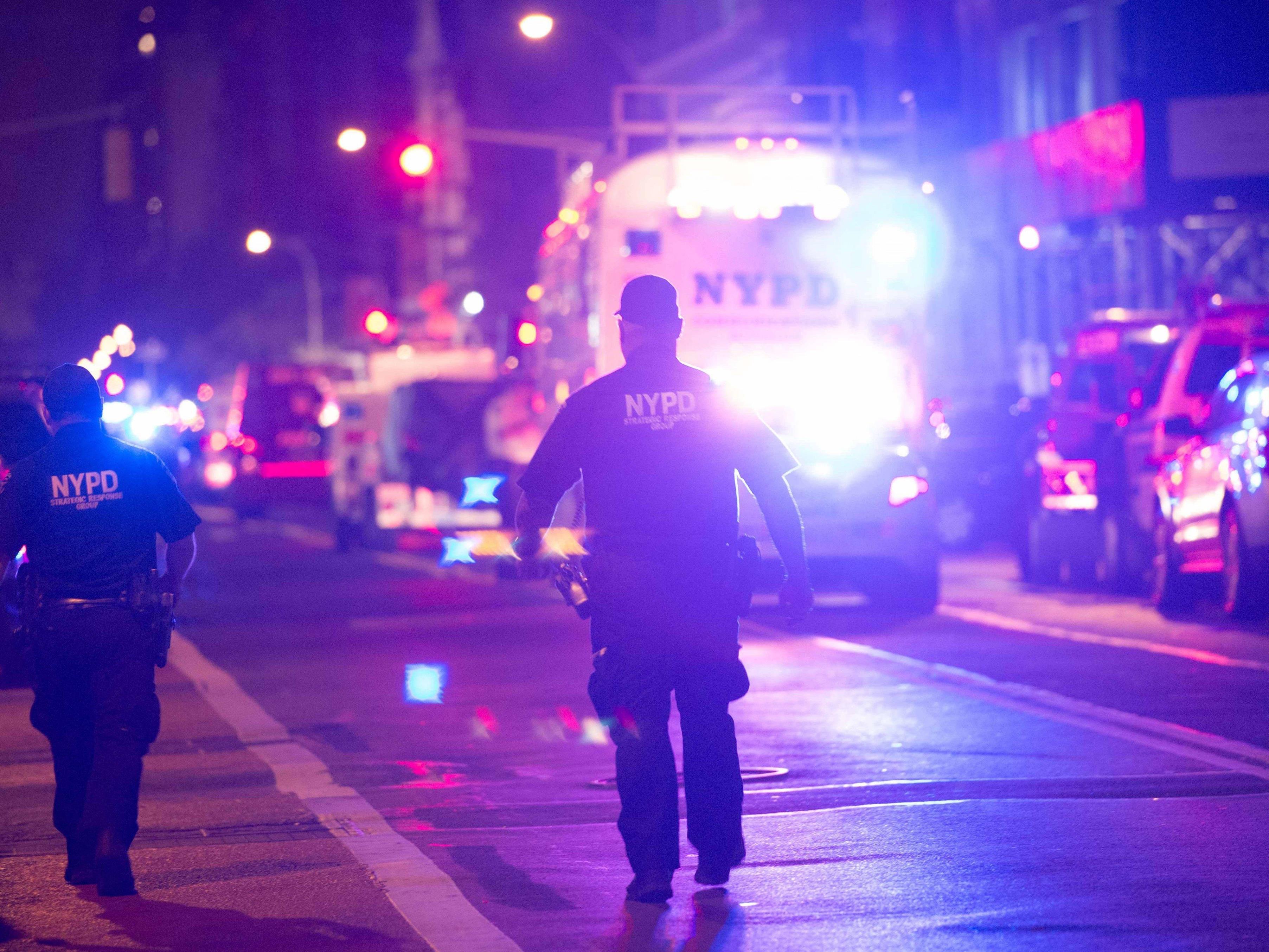 Die New Yorker Feuerwehr und eine Terroreinsatzgruppe der Polizei sind im Einsatz.