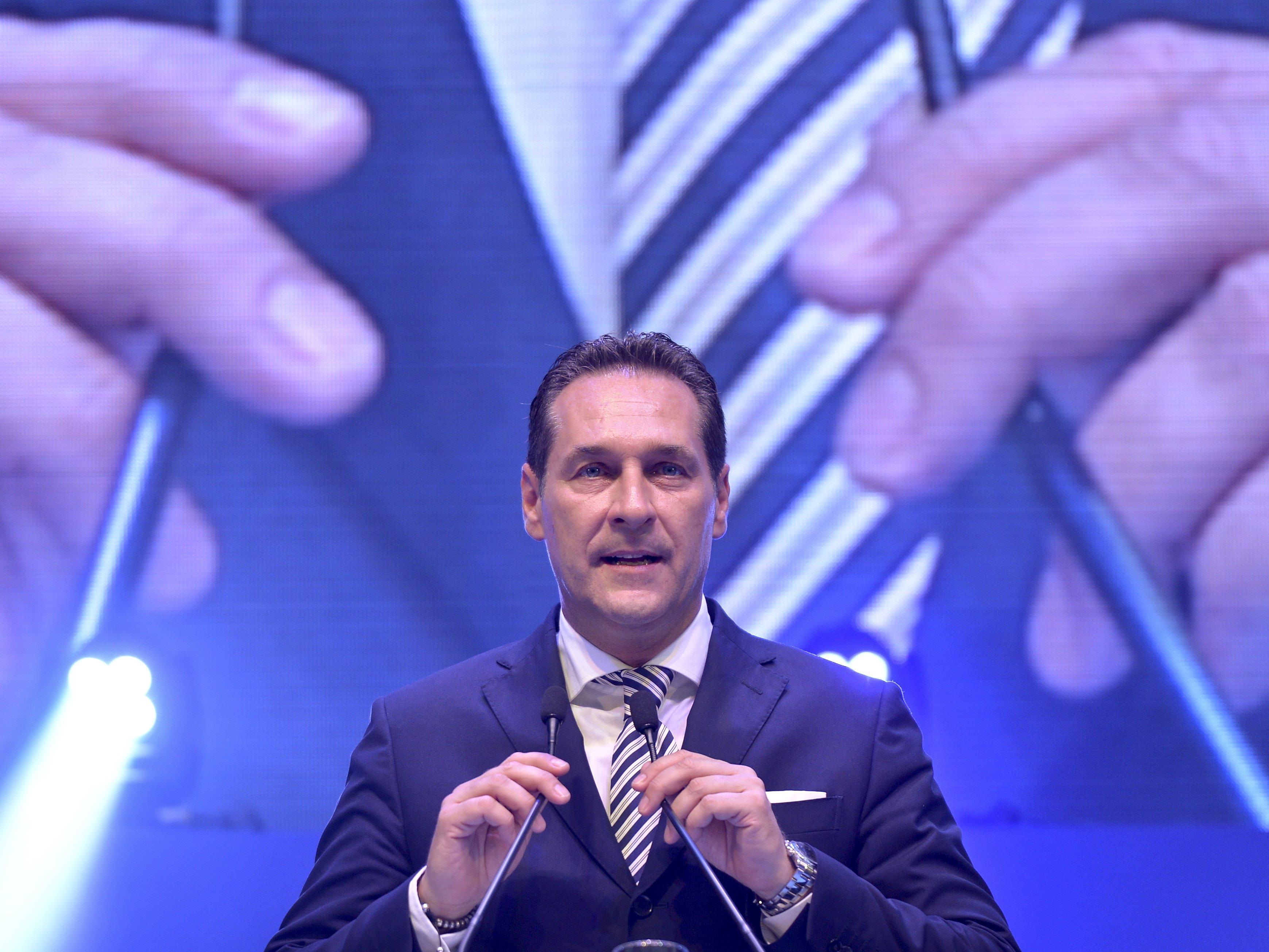 Die FPÖ sucht nach Plakat-Beschmierern und lobt eine Belohnung aus