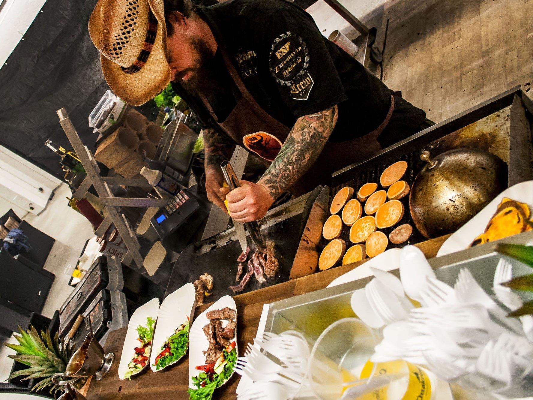 Die Speisen beim European Street Food Festival werden frisch zubereitet.