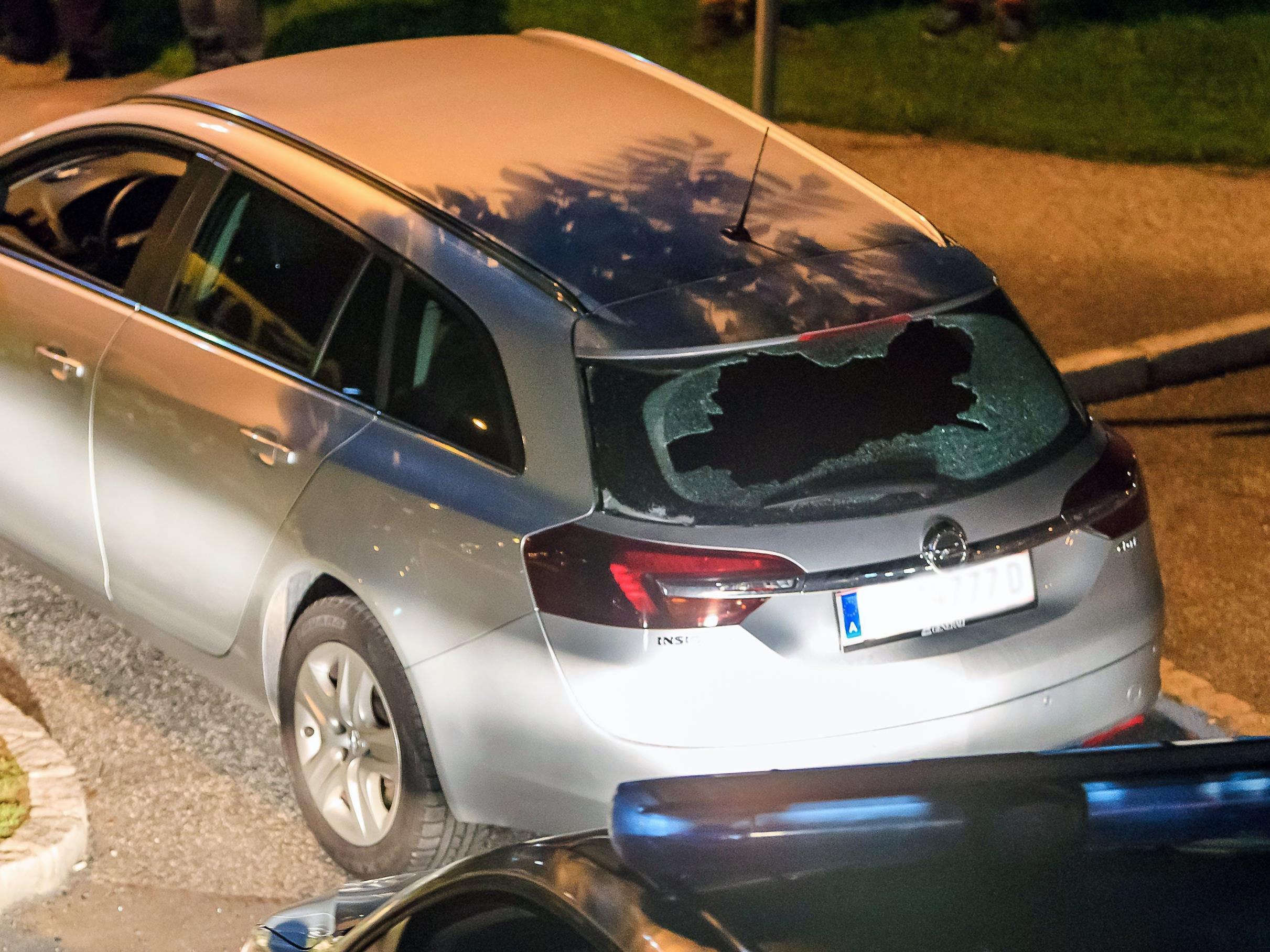Der Mann hat mit einem Luftgewehr vom Balkon seines Hauses geschossen und zwei Fahrzeuge beschädigt.