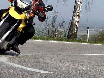 Ein Motorradlenker aus Wien wurde in der Obersteiermark bei einem Unfall schwer verletzt