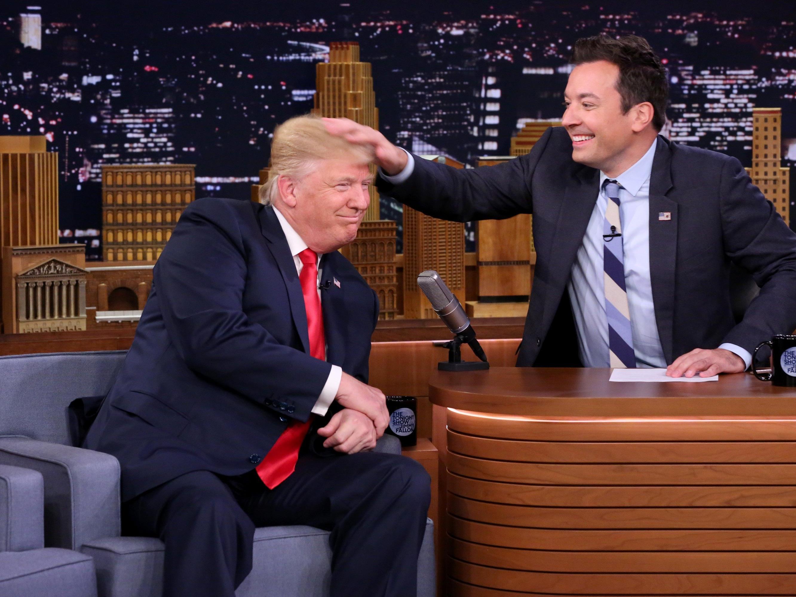 Der Moderator Jimmy Fallon zog kräftig an Trumps Haar.