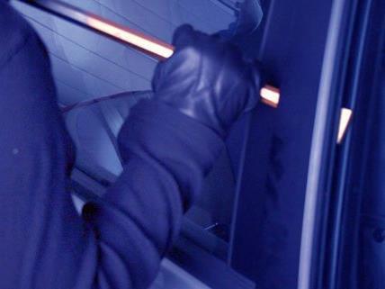 Ein Autoeinbrecher wurde von der Polizei auf frischer Tat ertappt