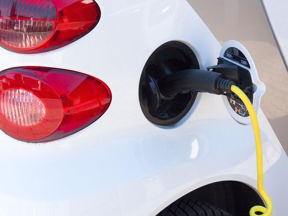Bemängelt wird der Preisunterschied bei Elektrorankstellen.