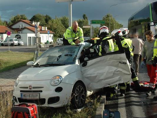 Die Feuerwehr musste die verletzte Fahrerin aus dem Pkw befreien.