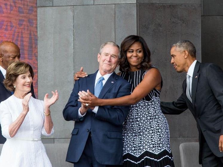 Michelle Obama drückt George Bush.