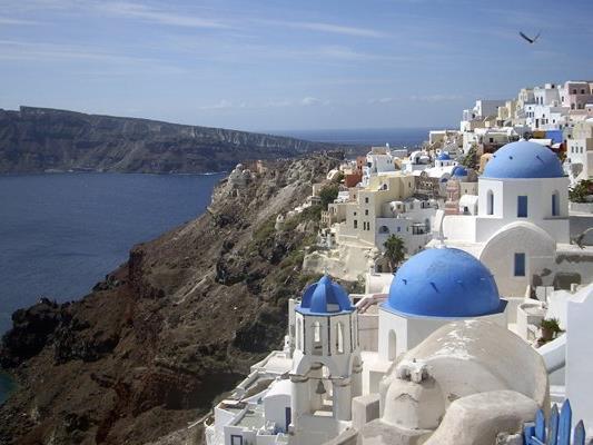 Vor allem Inseln profitieren von Tourismusboom in Griechenland, außer denjenigen, auf denen im letzten Jahr besonders viele Flüchtlinge ankamen.