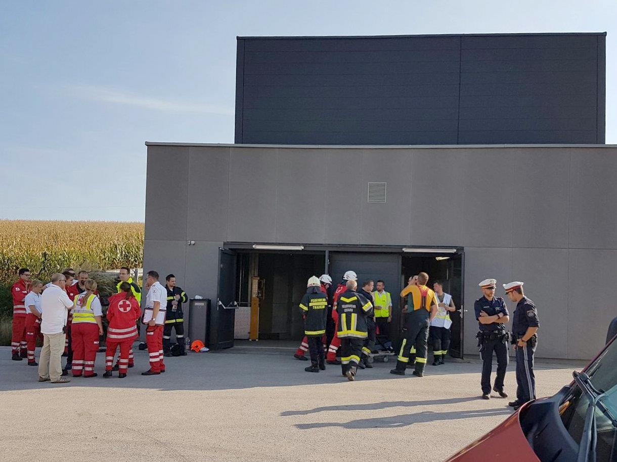 Einsatzkräfte bei einem Tunnel-Notausstieg im Rahmen der Evakuierung von etwa 300 Passagieren aus dem stecken gebliebenen ICE