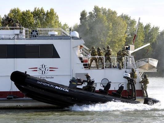 Am Montag gab es an der Donau eine Einsatzübung des Jagdkommandos zu bestaunen.