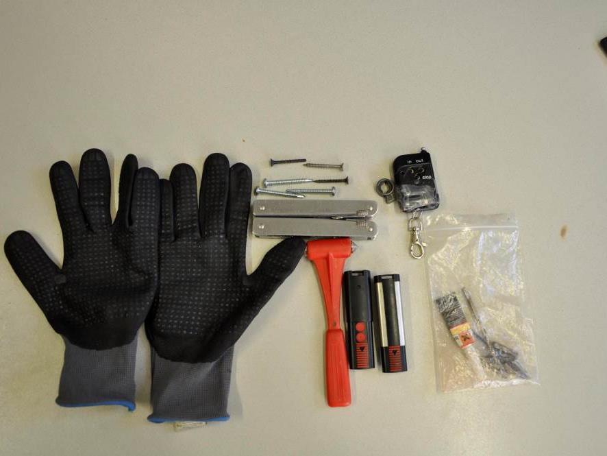 Die beim Verdächtigen sichergestellten Gegenstände.