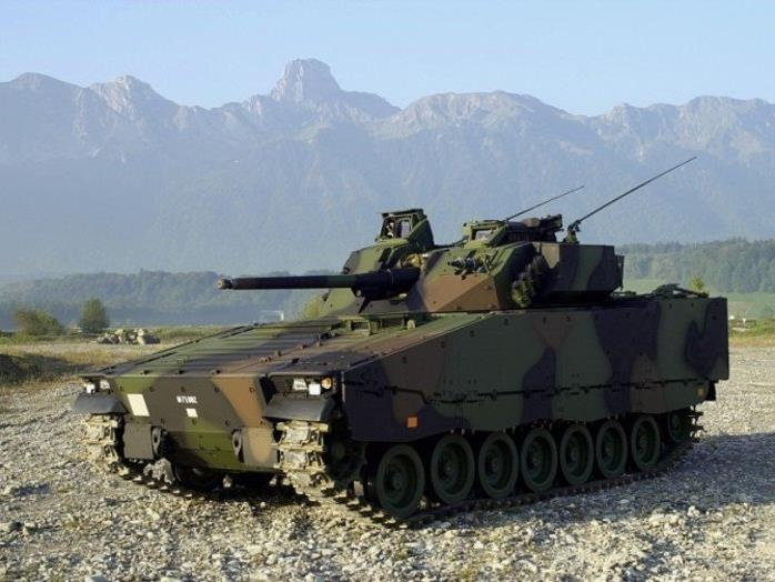 Von einem Schützenpanzer 2000 löste sich fünf Schüsse aus einem fest angebrachten MG51.