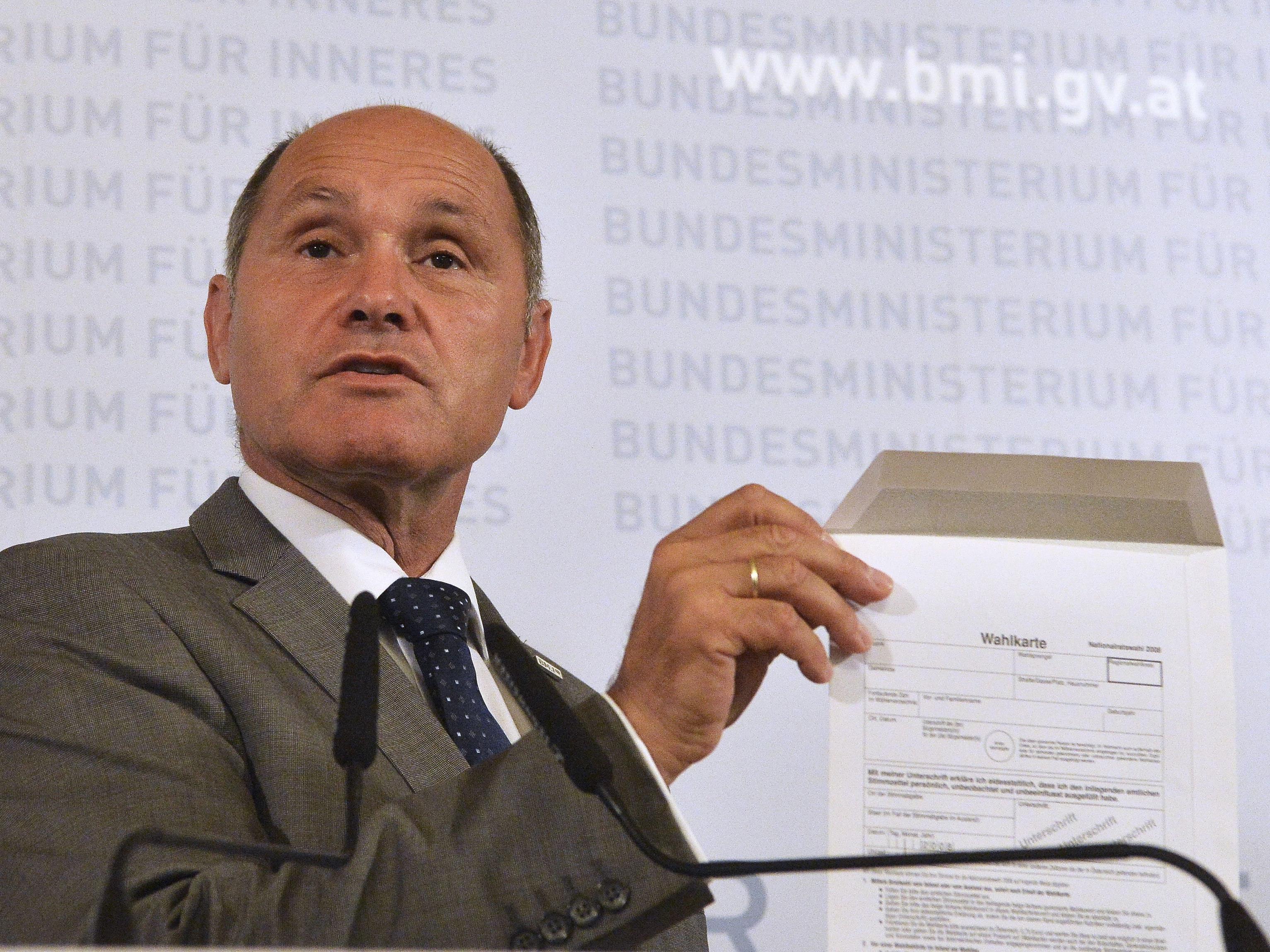Sobotka zeigte die fehlerhaften Kuverts für die Wahlkarten