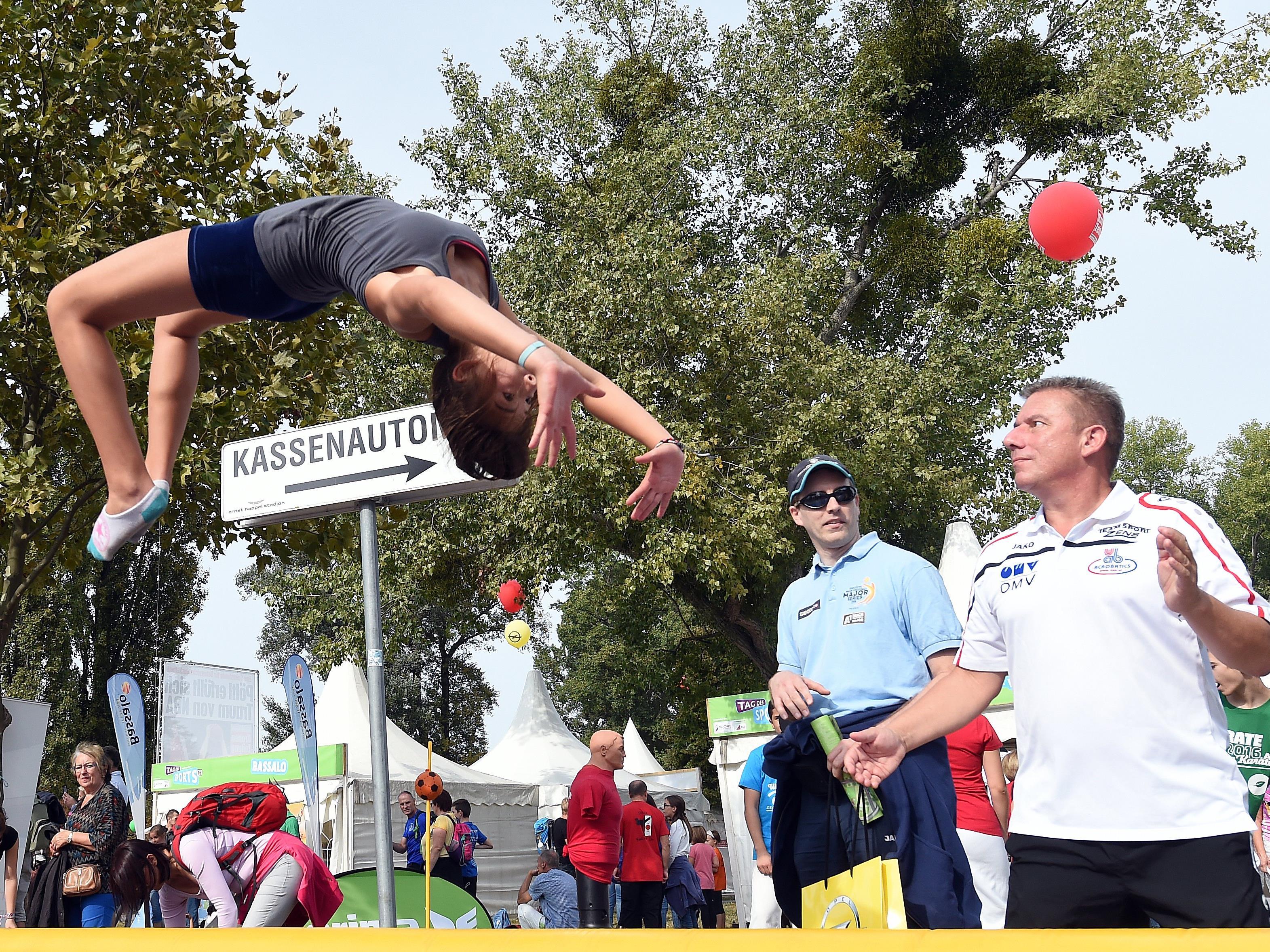 Sportler bei einer Vorführung beim Tag des Sports